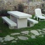 Imagen de una mesa y bancos de granito